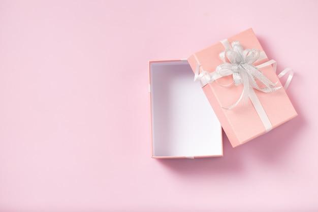 Coffret Cadeau Ouvert Vide Sur Fond Rose Photo Premium