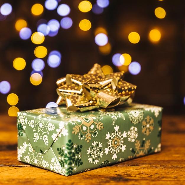 Coffret cadeau sur planche de bois Photo gratuit