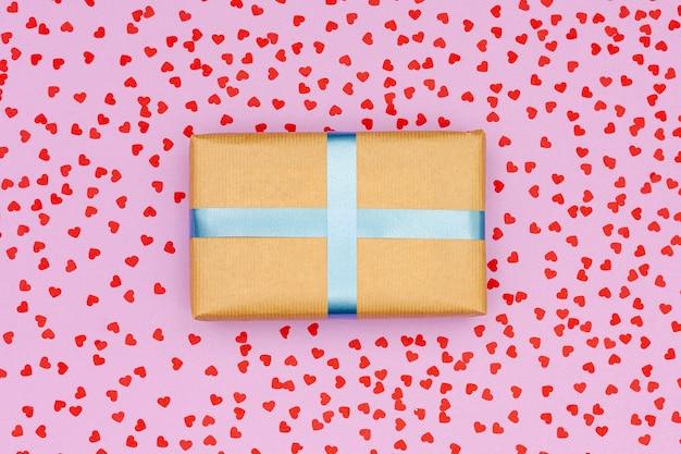 Coffret cadeau plat laïc sur fond rose Photo gratuit