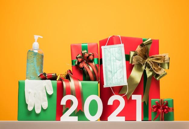 Coffret Cadeau Pour Le Nouvel An 2021 Avec Masque De Protection, Gant En Caoutchouc Et Gel Alcoolisé. Photo Premium