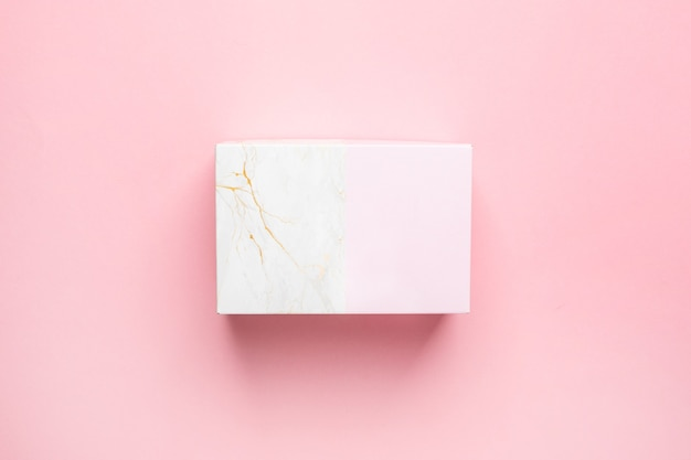 Coffret Cadeau Rose Et Marbre Isolé Sur Fond Rose Pastel Vue De Dessus Photo Premium
