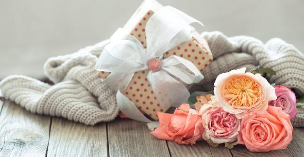Coffret Cadeau Et Roses Fraîches Pour La Saint Valentin Ou La Journée Des Femmes. Concept De Vacances. Photo Premium