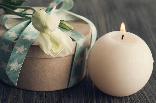 Coffret cadeau avec ruban étoile sur table rustique sombre Photo Premium