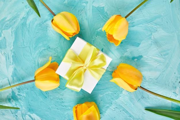 Coffret Cadeau Avec Ruban Jaune Près De Tulipe Photo Premium