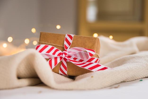 Coffret cadeau avec ruban rayé Photo gratuit