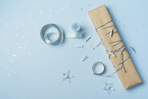 Coffret cadeau avec ruban sur table bleue Photo gratuit