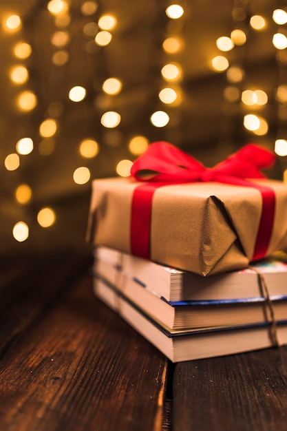 Coffret Cadeau Sur Tas De Livre Photo gratuit
