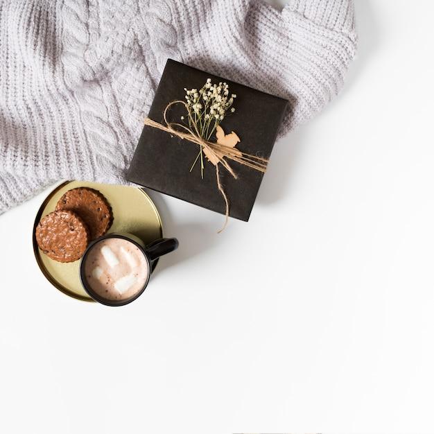 Coffret cadeau avec tasse à café et biscuits sur la table Photo gratuit