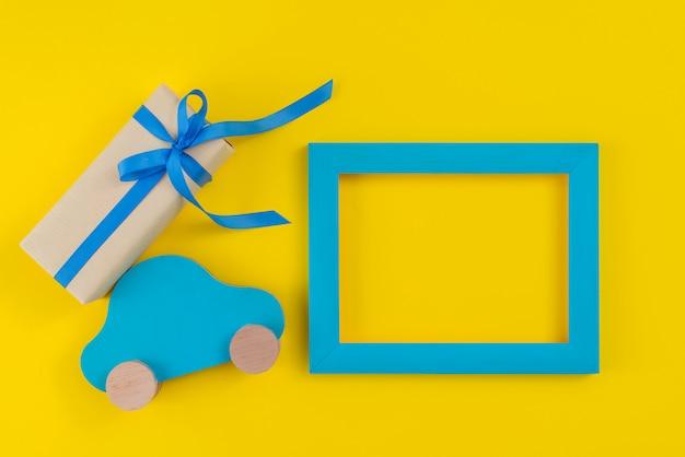 Coffret cadeau avec voiture et cadre sur table Photo gratuit