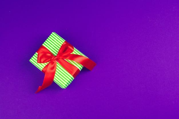 Coffret cadeau vue de dessus violet Photo Premium
