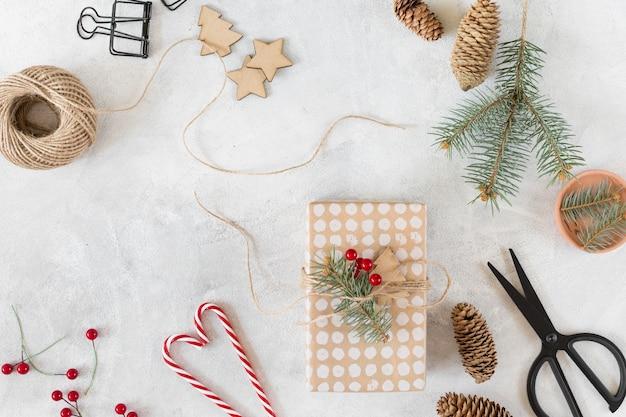 Coffret noël avec décoration sur table grise Photo gratuit