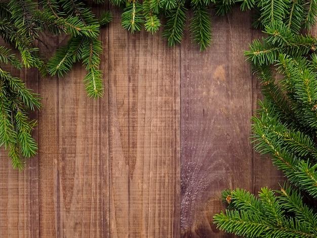 Coffret noël avec ruban rouge sur bois, cadeaux de noël avec décorations Photo Premium