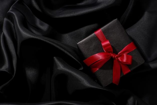 Coffret Noir Avec Noeud Rouge Photo gratuit