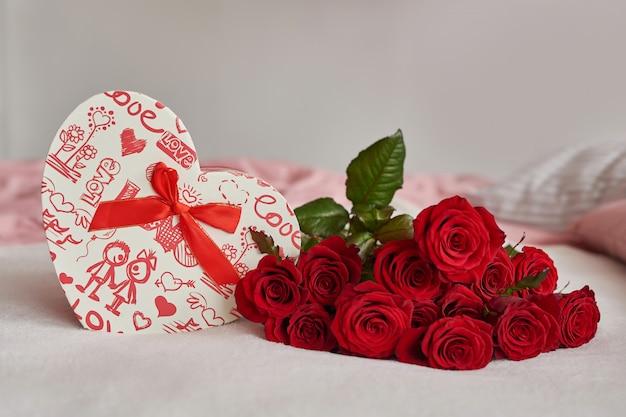 Coffret Saint Valentin Et Roses Rouges Photo Premium
