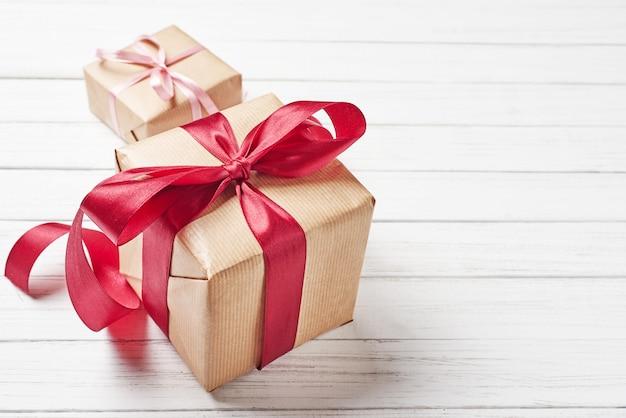 Coffrets cadeaux avec un arc rouge sur fond blanc, espace de copie Photo Premium