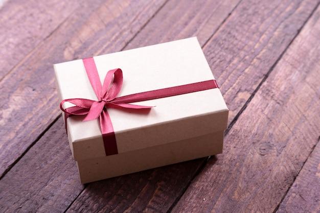 Coffrets cadeaux avec archet sur fond de bois. décoration de noël Photo Premium