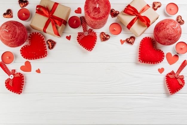 Coffrets cadeaux avec des bougies rouges sur table Photo gratuit