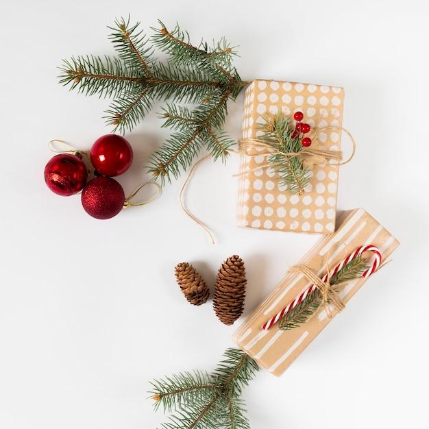 Coffrets cadeaux avec des branches de sapin vert sur table Photo gratuit