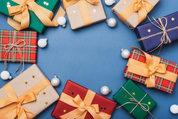Coffrets-cadeaux colorés pour noël avec des globes Photo gratuit