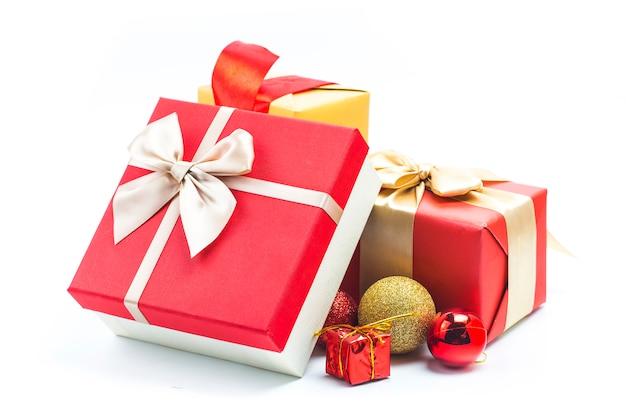 Coffrets Cadeaux Sur Fond Blanc Photo gratuit
