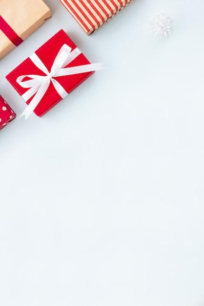 Coffrets-cadeaux de noël et du nouvel an sur fond bleu clair Photo Premium