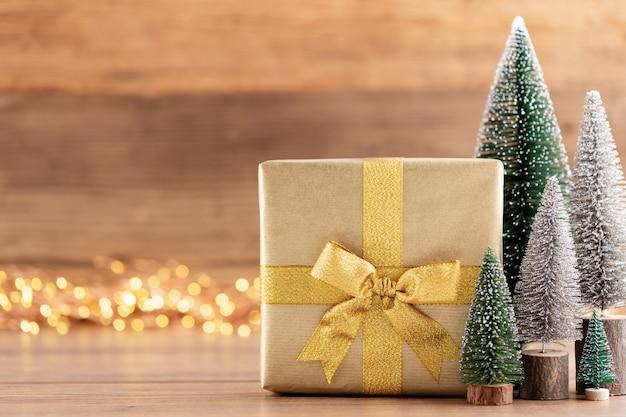 Coffrets Cadeaux De Noël Avec Des Rubans Et Des Arbres Sur Fond De Bokeh. Photo Premium