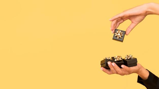 Coffrets Cadeaux Avec Ruban D'or Pour L'espace De Copie Du Vendredi Noir Photo gratuit