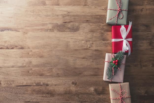 Coffrets-cadeaux de vacances de noël sur table en bois, arrière-plan de conception frontière Photo Premium