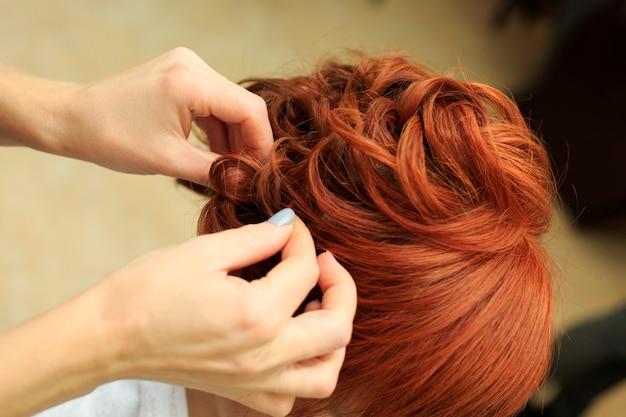 Un coiffeur fait une belle coiffure au salon c Photo Premium