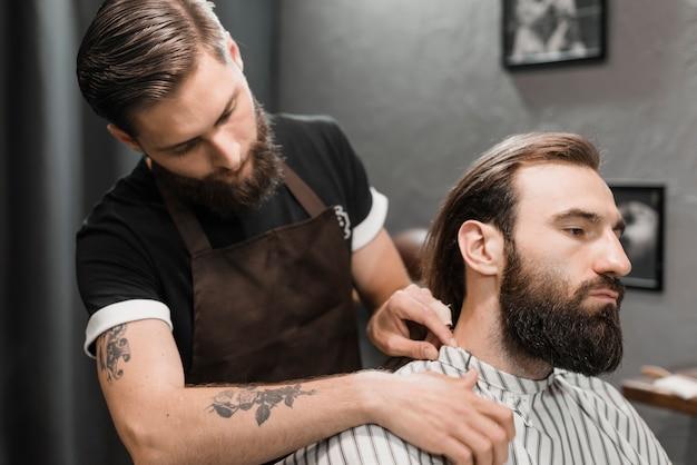 Coiffeur, mettre, cape, mâle, client, barbier, magasin Photo gratuit