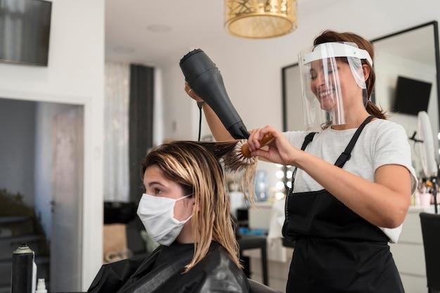 Coiffeur Portant Un Masque Facial Et Un Masque En Tissu Client Photo Premium