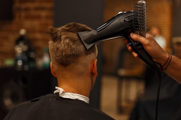 Coiffure Pour Hommes. Coiffure Avec Un Sèche-cheveux. Salon De Coiffure Photo Premium