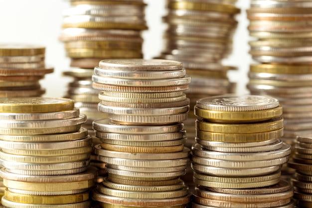 Coins stack sur table en bois Photo Premium