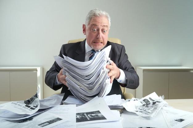 Col blanc âgé au lieu de travail Photo gratuit