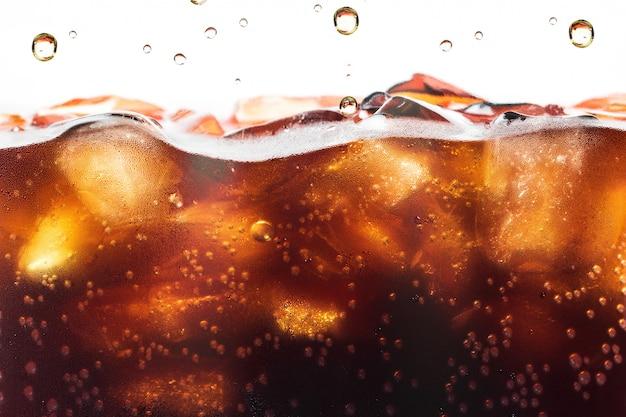 Cola éclaboussant avec bulle de soude. boisson gazeuse ou rafraîchissement. Photo Premium