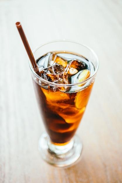 Cola glacé boire dans un verre Photo gratuit