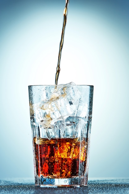 Cola Verser Dans Un Verre Photo gratuit