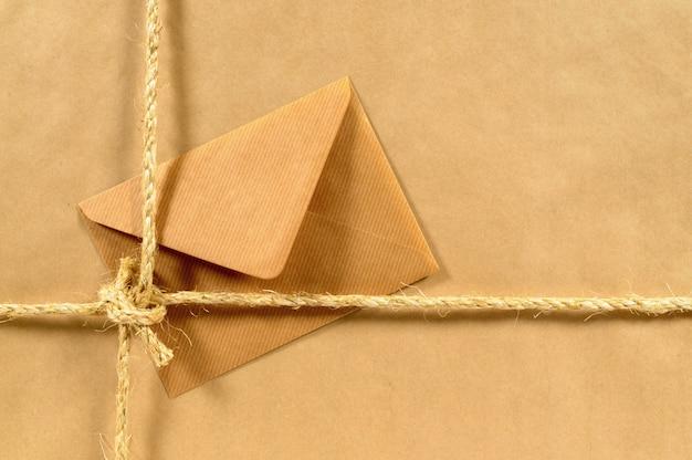 Colis avec corde et enveloppe brune Photo Premium