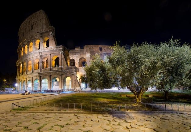 Le Colisée De Rome, Illuminé La Nuit Photo Premium