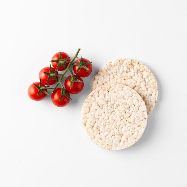 Collation Aux Tomates Cerises Sur Des Gâteaux De Riz Photo gratuit