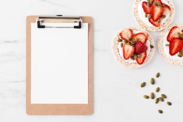 Collation De Fruits Fraises Sur Un Gâteau De Riz Et Copie Espace Presse-papiers Photo Premium