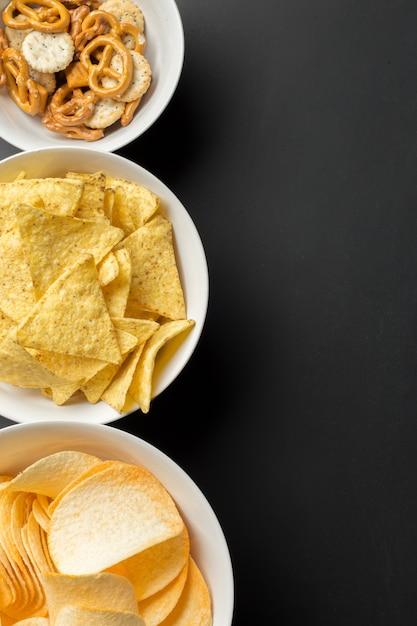 Collations salées. bretzels, chips, craquelins Photo Premium