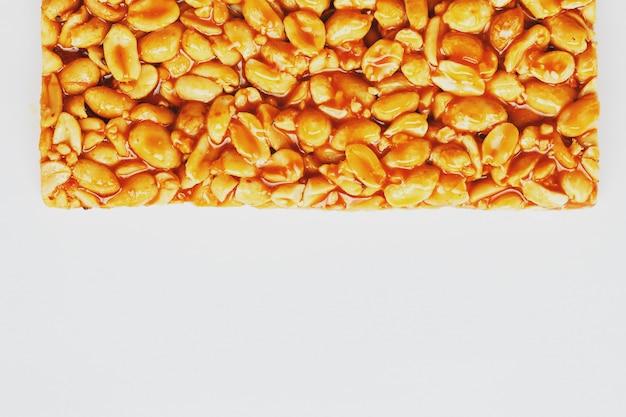 Collations santé. aliments de régime de remise en forme. beignets kozinaki à base de cacahuètes grillées, barres énergétiques. Photo Premium