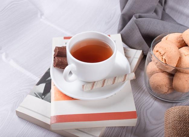 Collations Sucrées, Tasse De Thé Et Chocolat Et Livre Photo gratuit