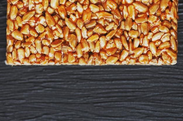 Des collations utiles. aliments de régime de remise en forme. boletchik à partir de graines de tournesol kozinaki, barres énergétiques. vue de dessus. espace de copie Photo Premium