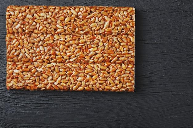 Des collations utiles. aliments de régime de remise en forme. boletchik à partir de graines de tournesol kozinaki, barres énergétiques. Photo Premium