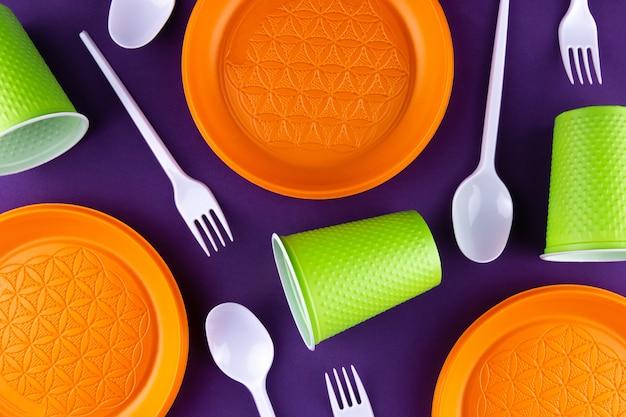 Collecte De Dechets En Plastique Vert Orange Sur Violet Photo Premium