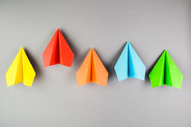 Collection d'avions en papier coloré Photo gratuit