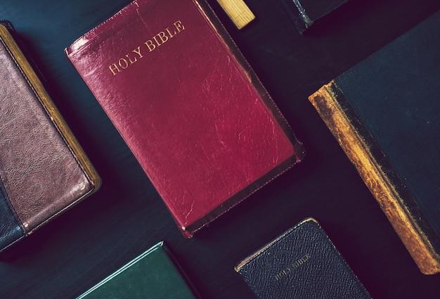 Collection de bibles sur une table Photo Premium