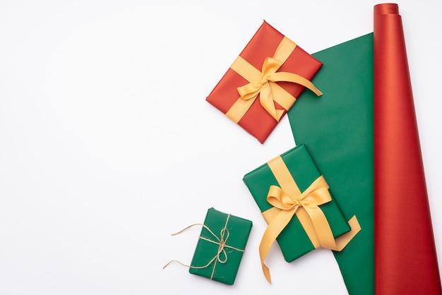 Collection de cadeaux de noël avec du papier d'emballage sur fond blanc Photo gratuit
